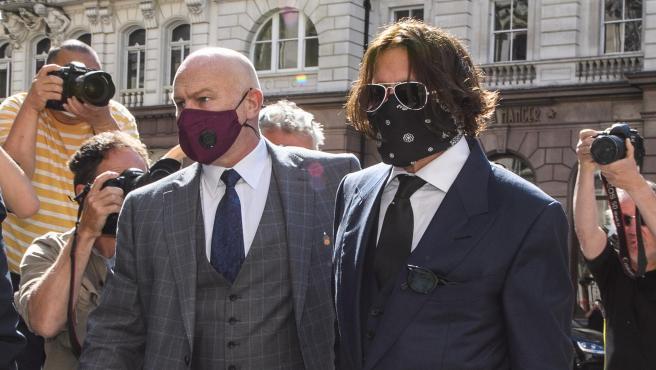 El actor Johnny Depp, llegando al juicio.
