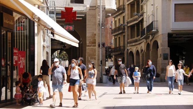 Personas pasean con mascarilla en Lleida.