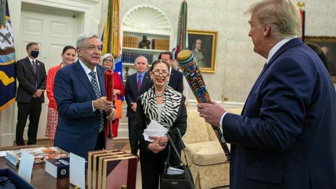 Los presidentes de México y EE UU, Andrés Manuel López Obrador y Donald Trump, intercambian regalos en la Casa Blanca.