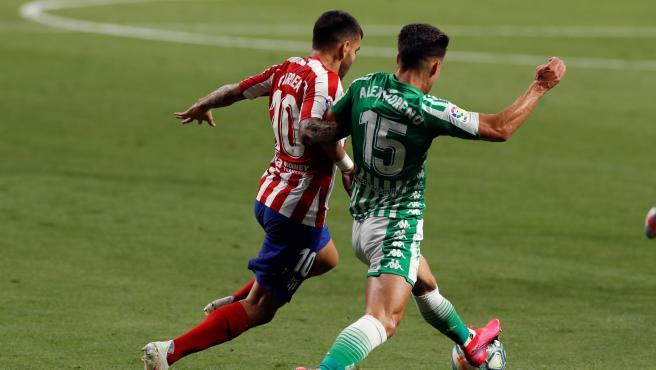 Correa y Álex Moreno pugnan por un balón en el Atlético - Betis.
