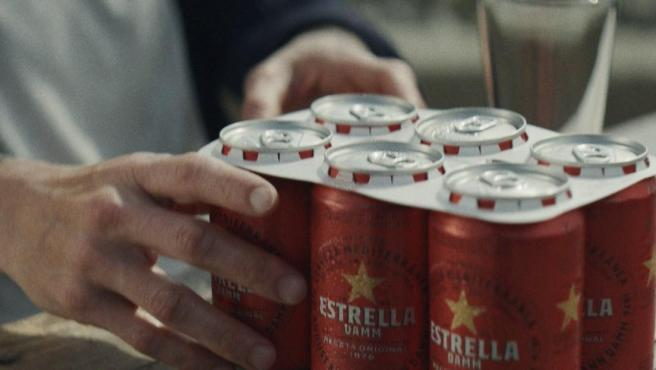 Las anillas de cartón biodegradable de Estrella Damm.