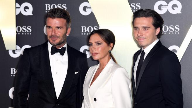 David y Victoria Beckham, con su hijo Brooklyn en un evento en Londres.