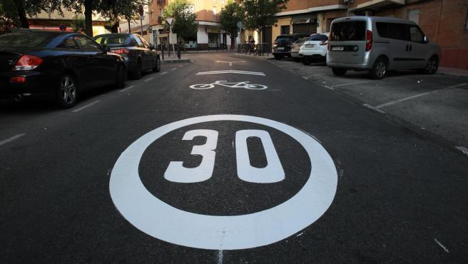 Imagen de una señal de prohibido circular a más de 30 kilómetros por hora en la localidad de Getafe.
