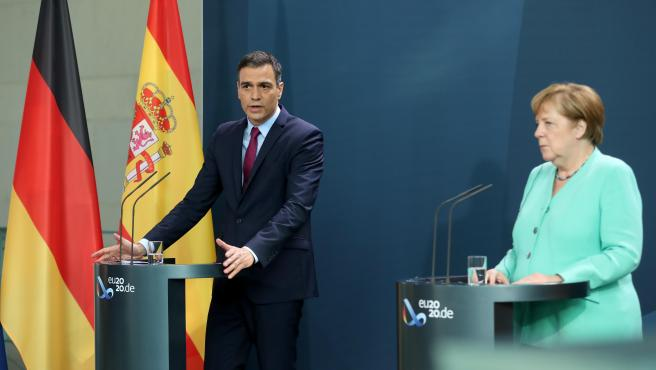 Berlin (Germany), 14/07/2020.- Spanish Prime Minister Pedro Sanchez (L) and German Chancellor Angela Merkel give a joint press statement prior to a meeting at the chancellery in Berlin, Germany, 14 June 2020. (Alemania, España) EFE/EPA/HAYOUNG JEON / POOL