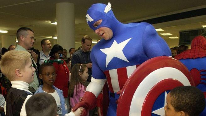 El Capitán América rodeado de niños. Wikimedia Commons