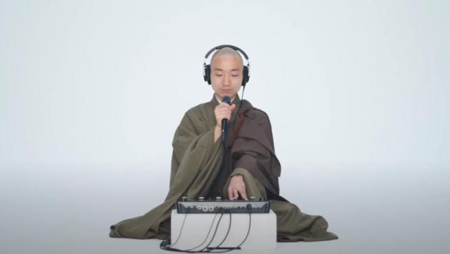 Yogetsu Akasaka en uno de sus vídeos