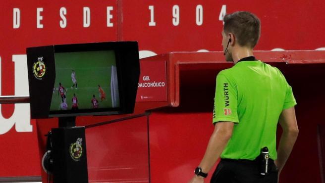 Un árbitro consulta el VAR