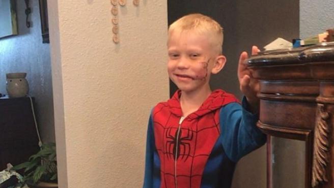 El niño, Bridger Walker, vestido de Spiderman.