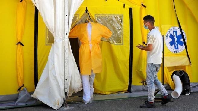 Un sanitario y un paciente entran en el hospital de campaña en Lleida.