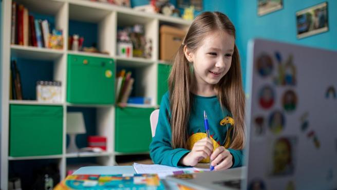 Zlata, de siete años, estudiando en casa.