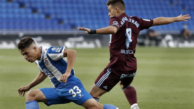 Fran Beltrán y Nico Melamed pugnan por un balón en el Espanyol - Celta