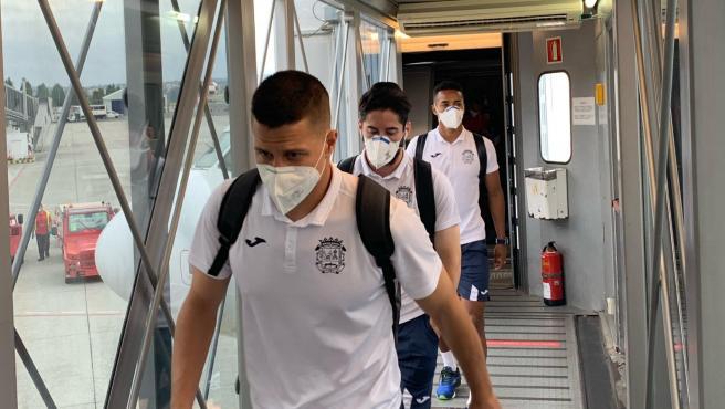 Varios jugadores del Fuenlabrada, a su llegada a A Coruña