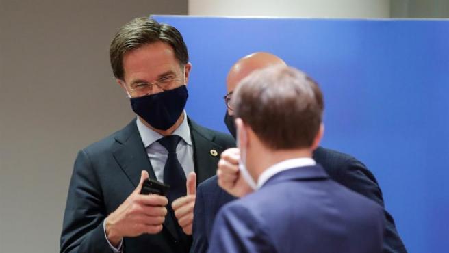 El presidente de Holanda, Mark Rutte, charla con su homólogo francés, Emmanuel Macronn.