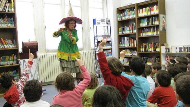 Cuenta cuentos infantiles. Foto Ikustalaia Wikimedia Commons