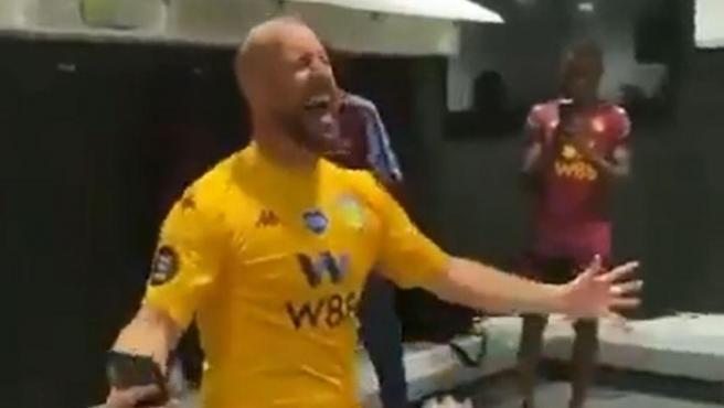 Pepe Reina celebrando la permanencia del Aston Villa