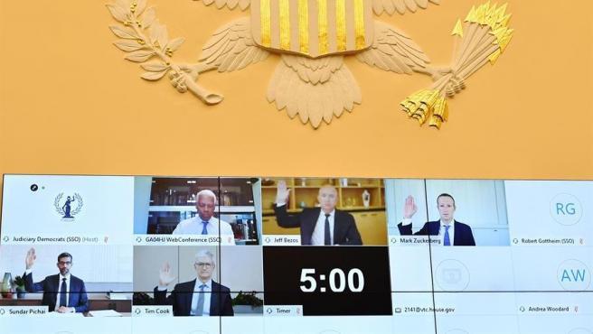 Jeff Bezos (Amazon), Mark Zuckerberg (Facebook), Sundar Pichai (Google) y Tim Cook (Apple) prestan juramento durante su comparecencia telemática ante la Cámara de Representantes del Congreso de EE UU.