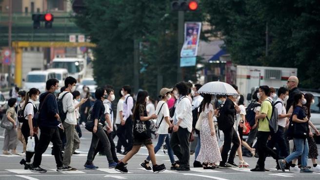 Ciudadanos japoneses caminan por la calle.