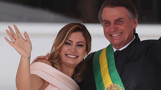 El presidente de Brasil, Jair Bolsonaro, junto con su esposa Michelle de Paula Firmo, durante la ceremonia de investidura presidencial en Brasilia (Brasil), el 1 de enero de 2019.