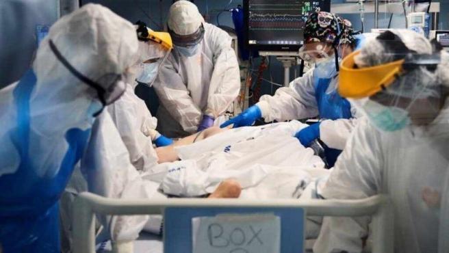 Sanitarios asisten a un enfermo en la UCI del hospital del Mar de Barcelona.