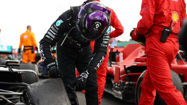 Lewis Hamilton observa su rueda pinchada en el GP de Gran Bretaña