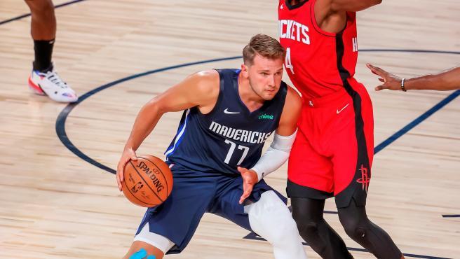 El base de los Mavericks brilló con luz propia ante los Rockets.