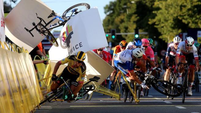 El ciclista holandés Dylan Groenewegen (camiseta amarilla) tras la caída que ha llevado al también holandés Jakobsen al coma inducido en la llegada de la primera etapa del Tour de Polonia.
