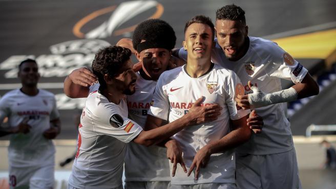 Sergio Reguilón celebra un gol con el Sevilla