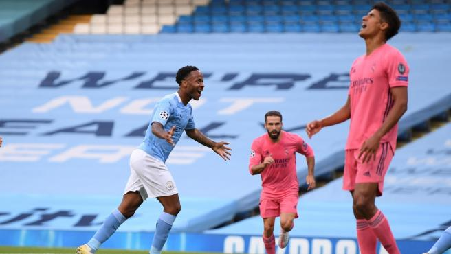 Sterling celebra el 1-0 en el Manchester City - Real Madrid, ante Varane.