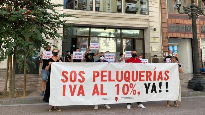 Protesta celebrada por la Alianza por la Bajada del IVA al 10 % de las Peluquerías frente a la sede de la Agencia Tributaria en València
