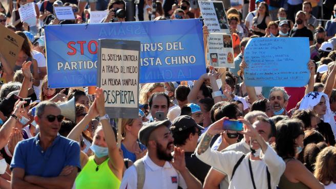Asistentes a la manifestación en la Plaza de Colón de Madrid convocada en redes sociales en contra del uso obligatorio de las mascarillas.