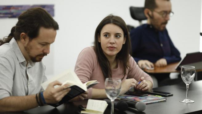 El líder de Podemos, Pablo Iglesias, y la portavoz partamentaria, Irene Montero, durante el encuentro Rumbo 2020