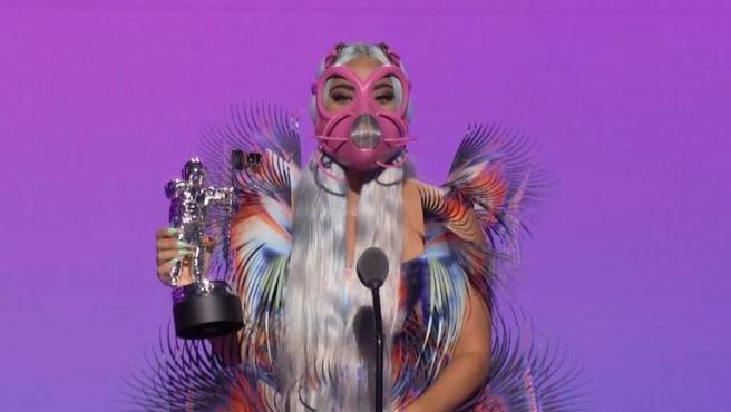 Fotografía cedida hoy por MTV que muestra a la artista estadounidense Lady Gaga mientras habla tras recibir uno de los premios MTV VMA 2020.