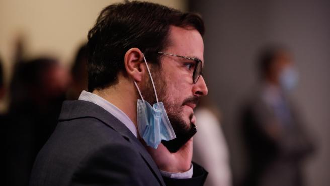 El ministro de Consumo, Alberto Garzón, hablando por teléfono.