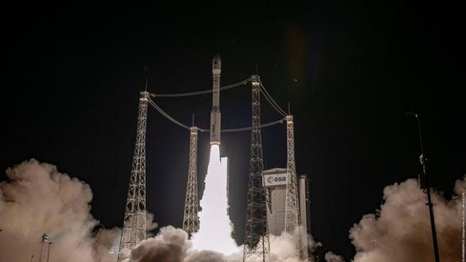 El cohete Vega VV16 despega desde la base de la Agencia Espacial Europea (ESA) en Kurú (Guayana Francesa).