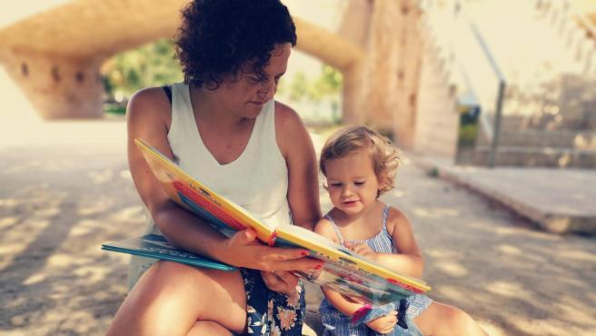 María y su hija Julia, de 3 años, que este año empieza su vida académica.
