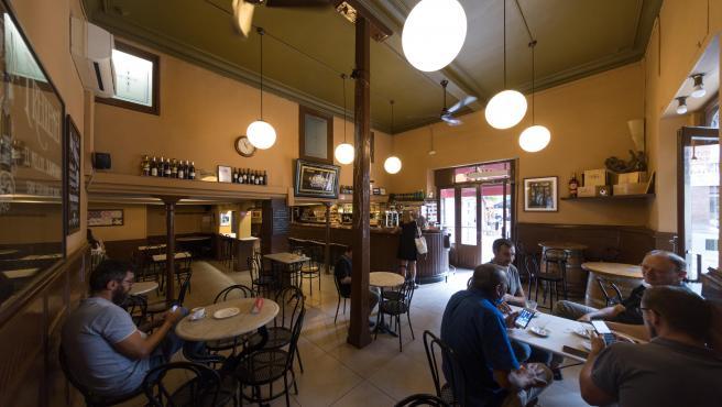 Los bares, como este de Gràcia, deben limitar el aforo a la mitad.