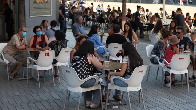 Varias personas disfrutan de una terraza en Madrid.