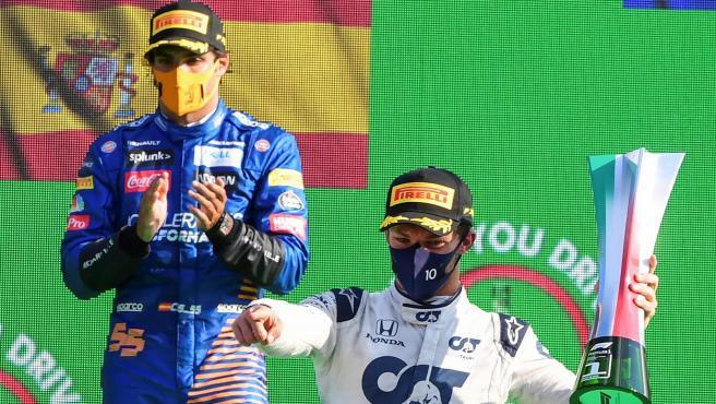 Pierre Gasly y Carlos Sainz, en el podio del GP de Italia