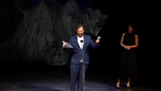 El actor Fran Cantos recoge el Premio Max 2020 al mejor espectáculo de teatro por 'Jauría'.