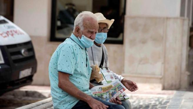 Dos personas mayores con mascarillas por la pandemia de COVID-19, en una imagen de archivo.
