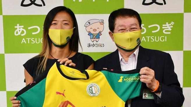 La delantera japonesa rompe una nueva barrera al firmar por un equipo masculino.