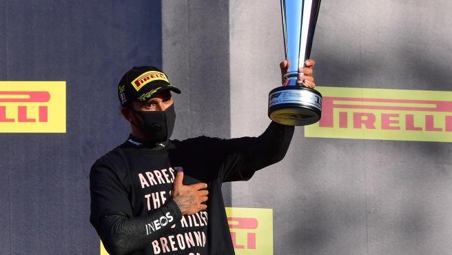Lewis Hamilton, en el podio del GP de la Toscana