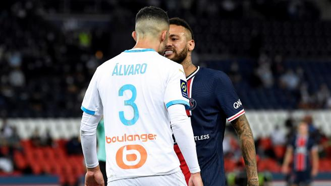 Neymar se enfrenta a Álvaro González