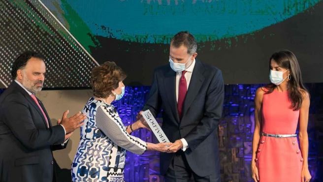 El rey Felipe VI junto a la reina Letizia, recoge el premio a la Corona en los premios Heraldo.