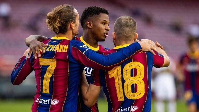 Antoine Griezmann, Ansu Fati y Jordi Alba se abrazan tras el único gol del Gamper