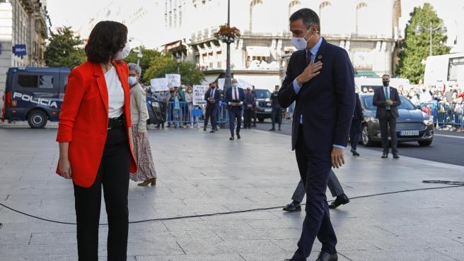 La presidenta de la Comunidad de Madrid, Isabel Díaz Ayuso, y el jefe del Ejecutivo, Pedro Sánchez, se saludan antes de su reunión en la sede de la Presidencia regional, en Madrid (España).