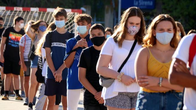 Alumnos de cuarto de ESO de un instituto de Tarragona en fila y con mascarilla durante el primer día de clase, el 14 de septiembre de 2020.