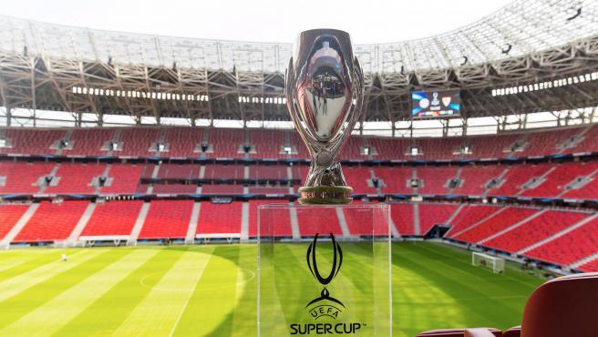 El trofeo de la Supercopa en el escenario en el que se ugará el partido.