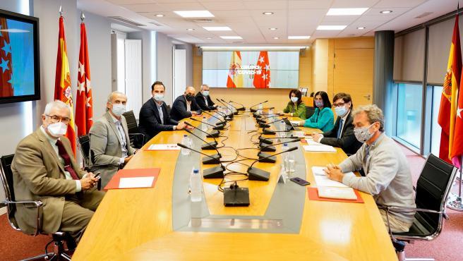 Emilio Bouza, a la izquierda con corbata roja, ya ha asistido este jueves a la reunión del Grupo Covid-19.
