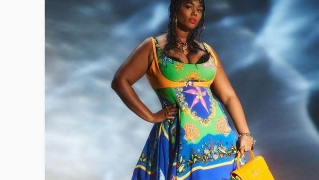 La modelo Graham aplaude a Versace por diversidad de cuerpos en su desfile.